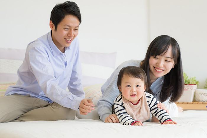 赤ん坊と遊ぶ親子